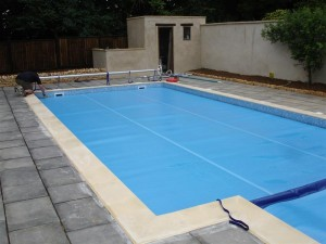 Skimmer pool with solar cover
