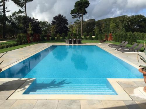 Outdoor overflow swimming pool