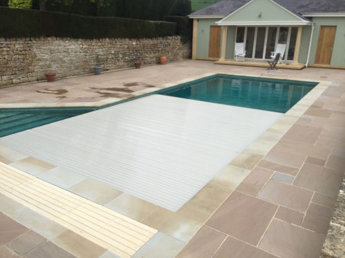 Swimming pool slatted cover closing